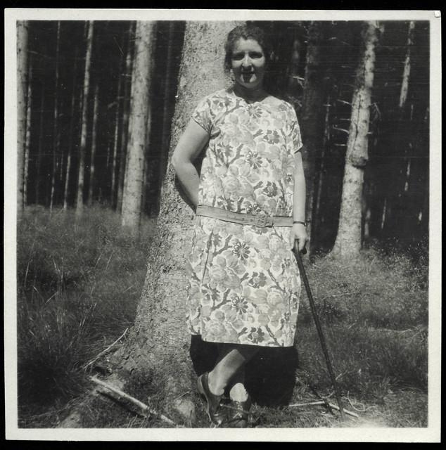 Archiv T346 Frau im Wald mit Gehstock, Porträt, 1920er