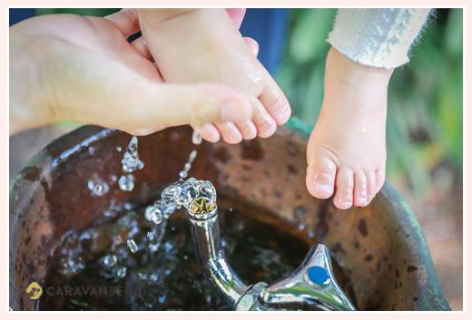 公園で家族写真のロケーションフォト フラリエ 水遊びと女の子の足のアップ