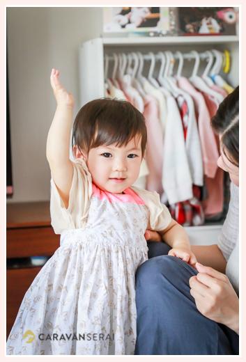 1歳の女の子 マールマールのエプロンをつけて ハーイのポーズ
