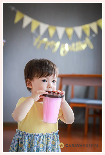自宅で女の子1歳のお誕生日記念のファミリーフォト 出張カメラマンが撮る自然な姿
