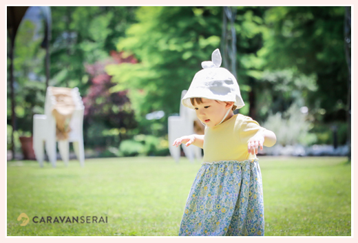1歳の女の子 公園でよちよち歩き
