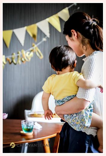 自宅で女の子1歳のお誕生日記念のファミリーフォト 壁のバースデーデコレーション