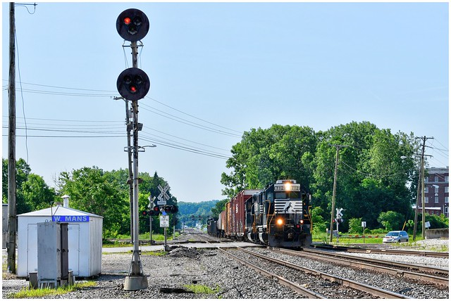 NS 712 (RP-E4C) & 3014 (GP40-2) approaching the Town & Country Co-Op grain elevators @ Mansfield, Ohio