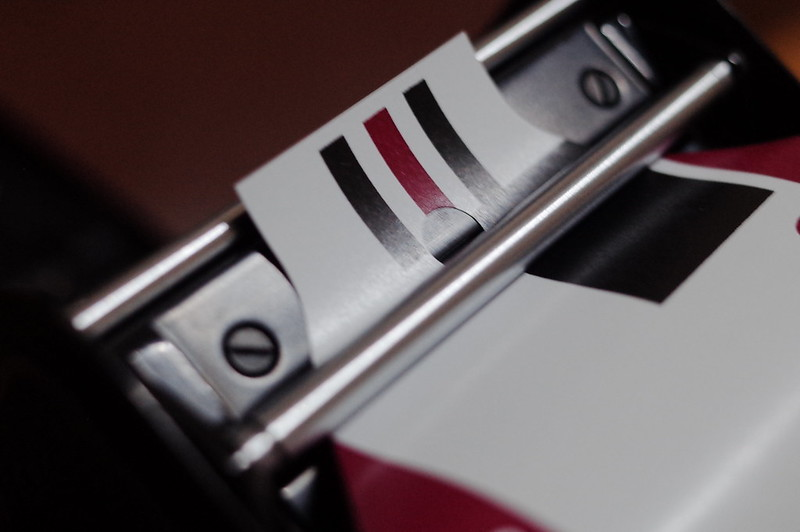 Rolleiflex 2 8FにFUJIFILM PRO 400Hを装填 ロールバーの下に通すことでフィルムの厚みを感知して自動的に1枚分の巻上が止まるオートマット機構