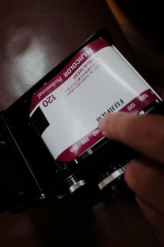 Rolleiflex 2 8FにFUJIFILM PRO 400Hを装填 上部のスプロールにフィルムの端をセット