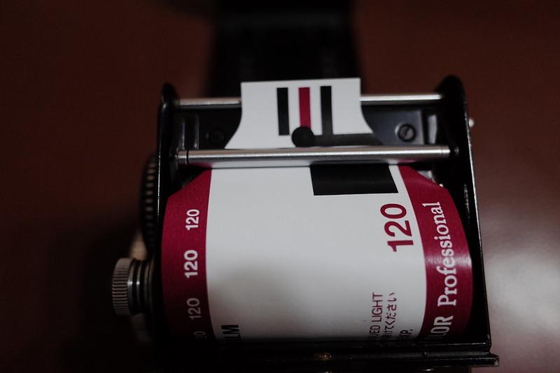 Rolleiflex 2 8FにFUJIFILM PRO 400Hを装填 ロールバーの下に通すこと