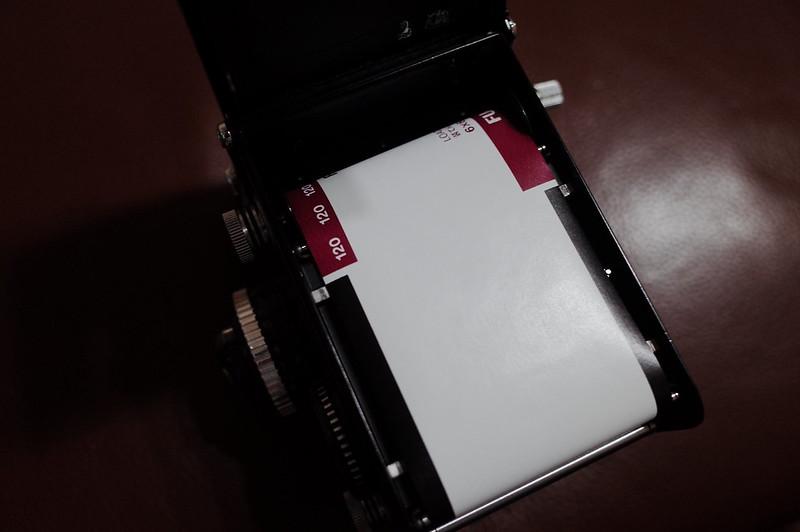 Rolleiflex 2 8FにFUJIFILM PRO 400Hを装填 上部のスプロールにフィルムの端をセットし クランクで巻き上げる