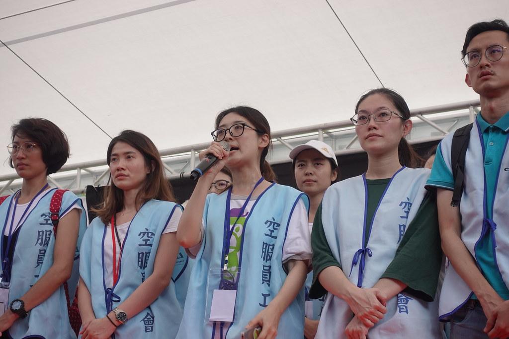 工會幹部向會員宣布投票結果為多數同意資方方案。(攝影:張智琦)