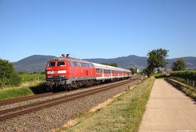 218 484-4 mit dem RE12017 von Neustadt an der Weinstraße nach Karlsruhe Hbf bei Edesheim(Pfalz) am 29.06.19
