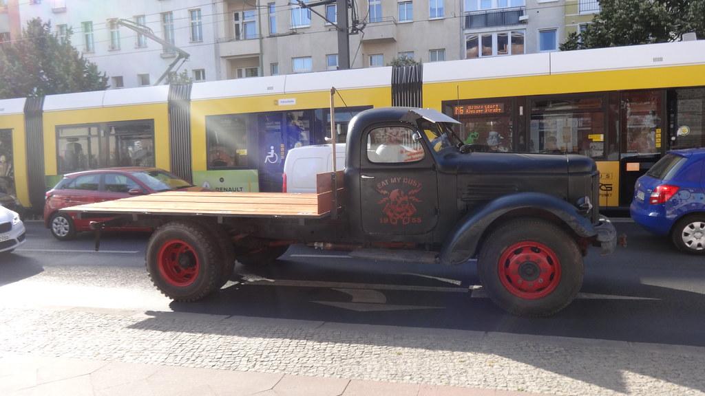 1955 sowjetischer Lastkraftwagen ZIS-150 (mit Kühler vom ZIL-164) von Zawod imeni Stalina (ZIS) in Moskau Landsberger Allee in 10249 Berlin-Friedrichshain