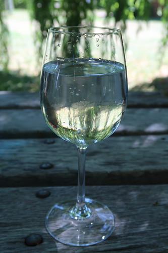 Mineralwasser mit Holunderblütenhonig
