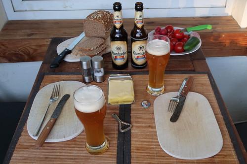 Vegetarisches Abendbrot auf unserem Balkon (Tischbild)