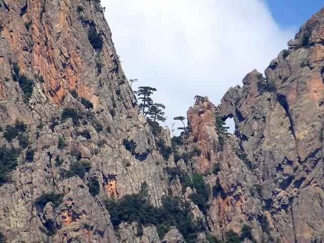 Dans la montée du chemin de Paliri :  la brèche du Cumpuleddu avec le trou