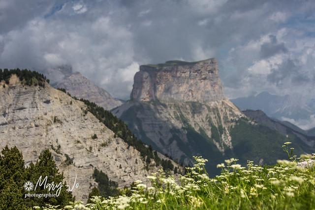 Le mont Aiguille...avant l'orage...  Mount Needle ... before the storm ...