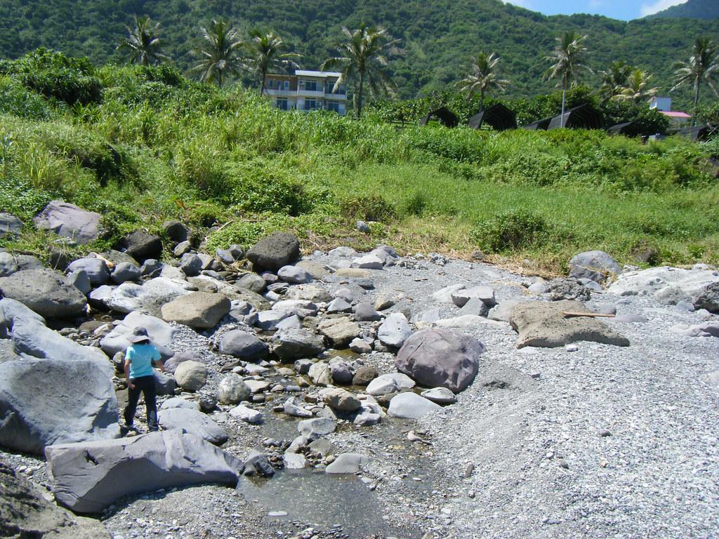 溝渠臨海的初水口石塊林立,平日完全枯水,雨季才有水通往潮間帶,,蘊藏了豐富的洄游性生態。圖片提供:洄瀾風生態有限公司