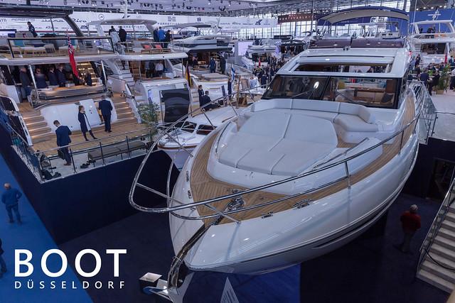 Luxuriöse Yachten und teure Partyboote auf der Wassersportmesse und Bootsaustellung