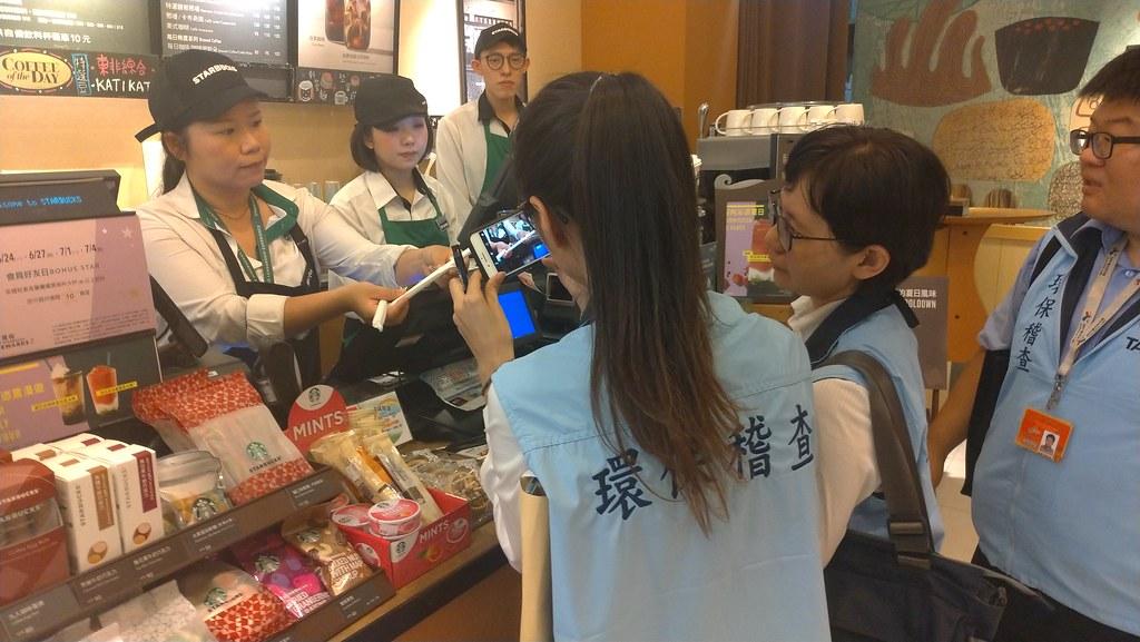新法上路首日台北市環保局人員兵分多路稽查相關業者。孫文臨攝