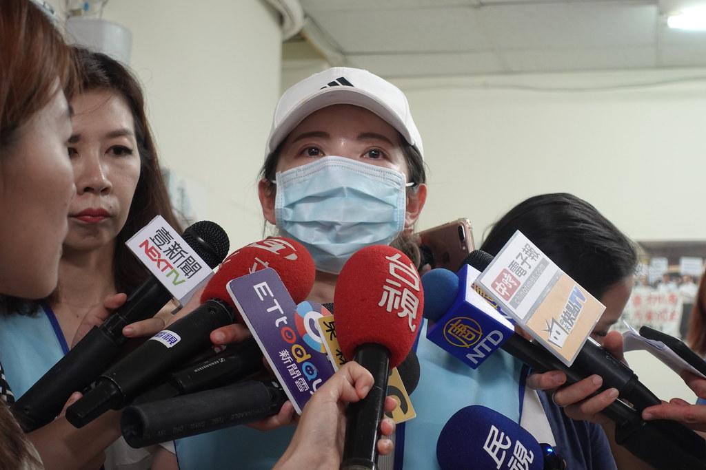 620當天響應罷工的18金釵之一出面,對於公司的抹黑感到很傷心,也希望社會討論回歸空服員為何罷工。(攝影:張智琦)