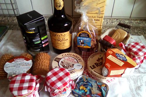 Juni 2019_Pasta mit Caprese und schwarzen Oliven - Algenpesto = Pesto d'Algues ... Überraschungspaket von Margit aus der Normandie ... Foto: Brigitte Stolle