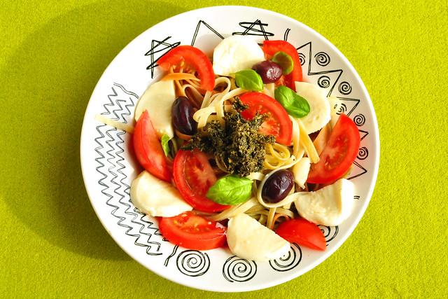 Juni 2019_Pasta mit Caprese und schwarzen Oliven - Algenpesto = Pesto d'Algues ... Foto: Brigitte Stolle