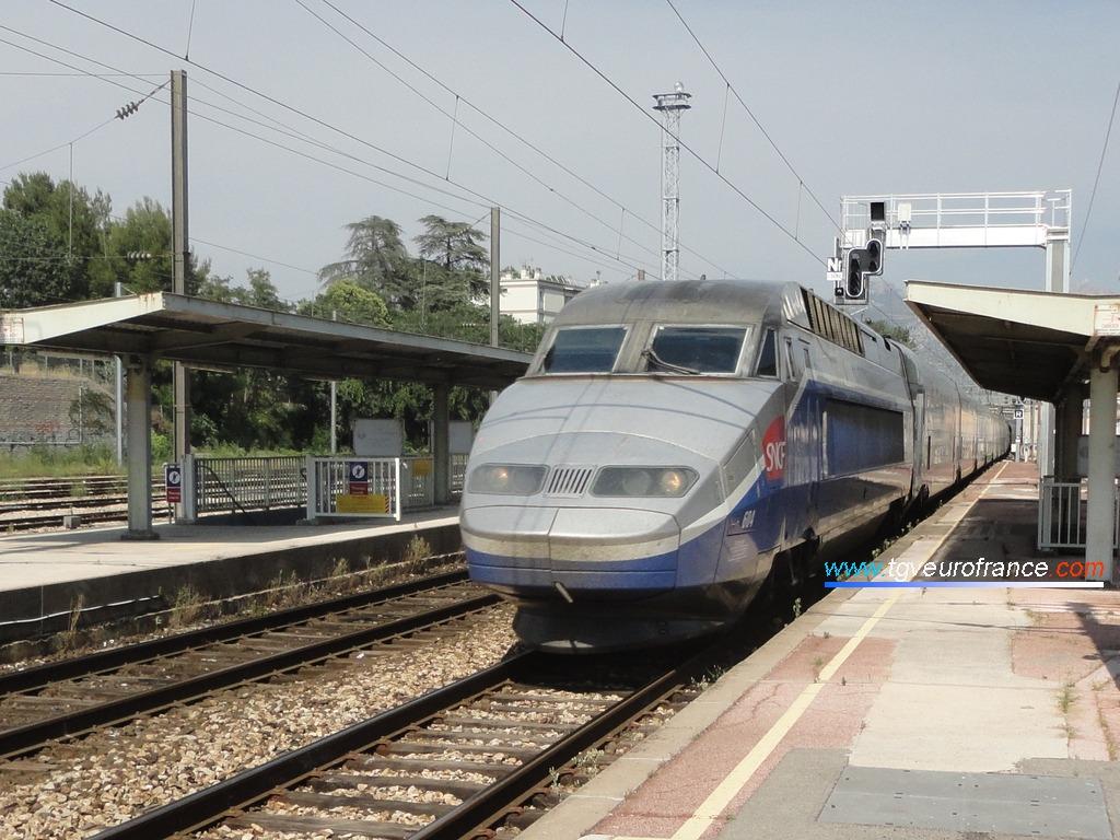 Le train OUIGO 7856 avec la rame TGV Réseau-Duplex 604 SNCF en tête traversant la gare d'Aubagne-en-Provence le 29 juin 2019