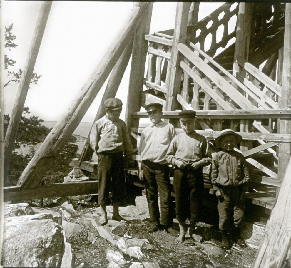 1906. Финляндия. Ханко. Мальчики у основания дряхлой смотровой башни