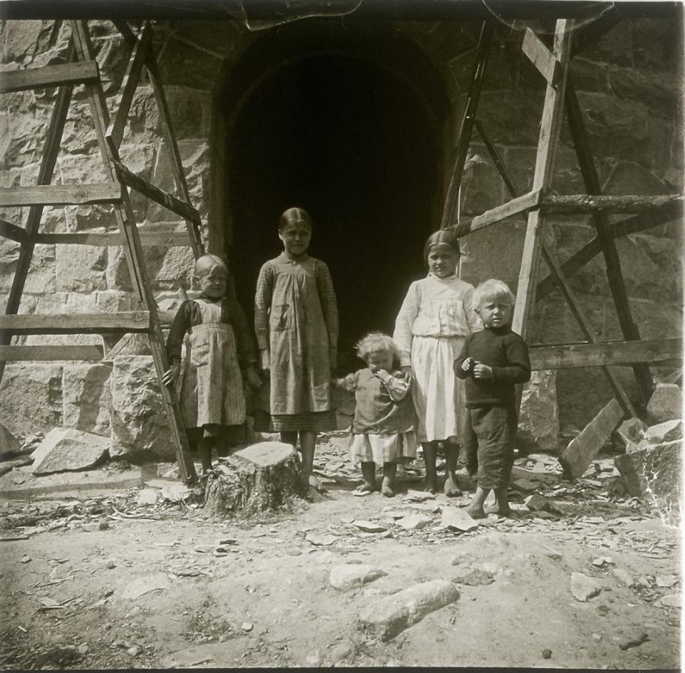 1906. Финляндия. У Куопио. Дети сторожа смотровой башни