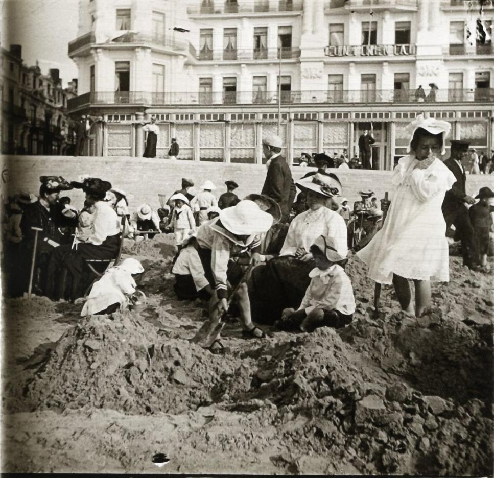 1905. Бельгия. Остенде. Ребятки на песке против отеля Континенталь