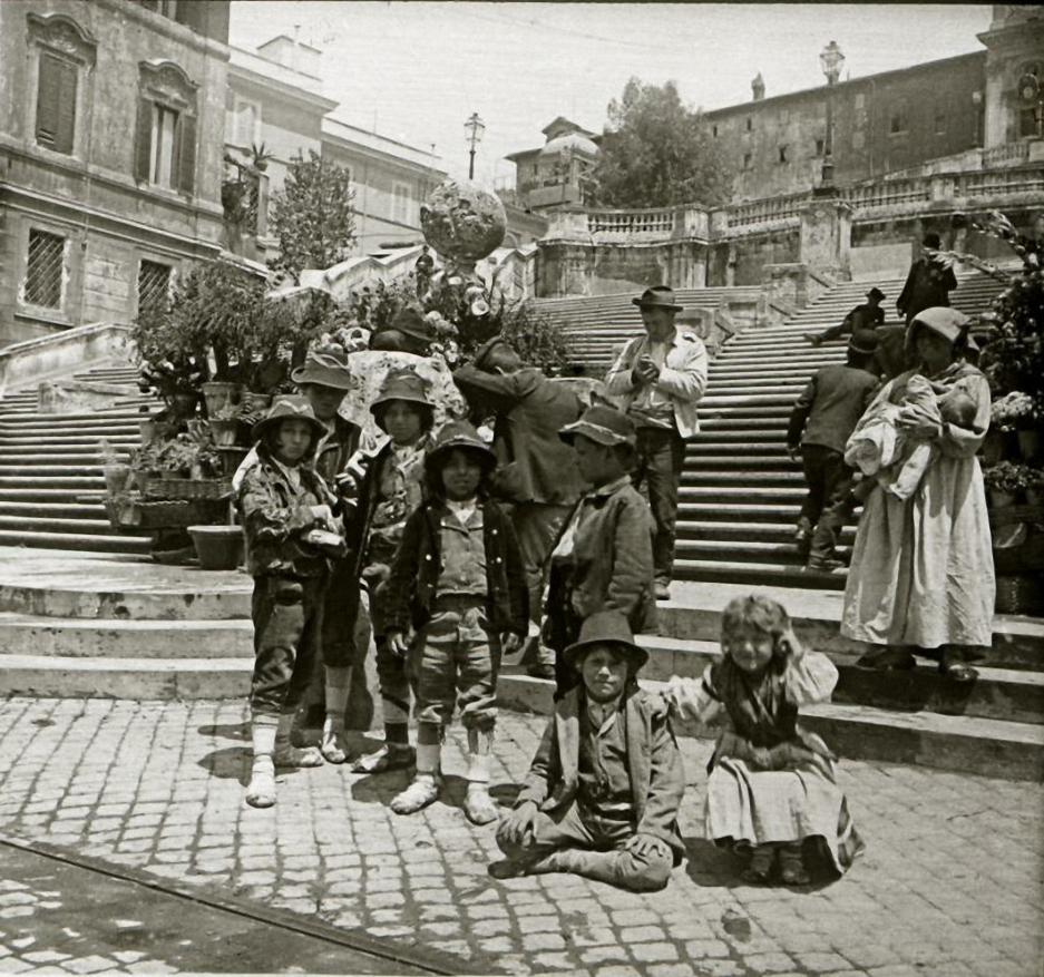 1903. Италия. Рим. Дети в национальных костюмах у Испанской лестницы
