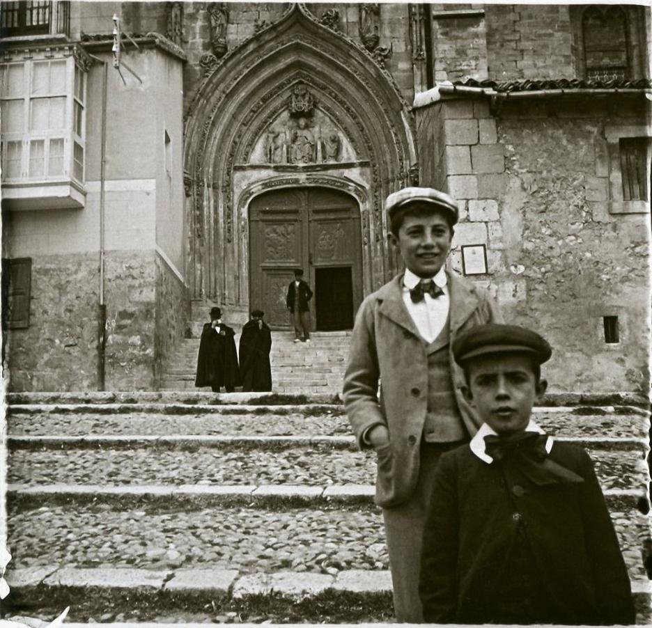 1903. Испания. Бургос. Подростки, выходящие из церкви Сан-Николас