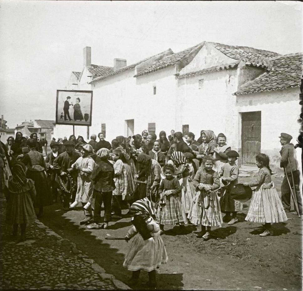 1903. Испания. Алькасар-де-Сан-Хуан. Толпа детей перед домом новобрачных