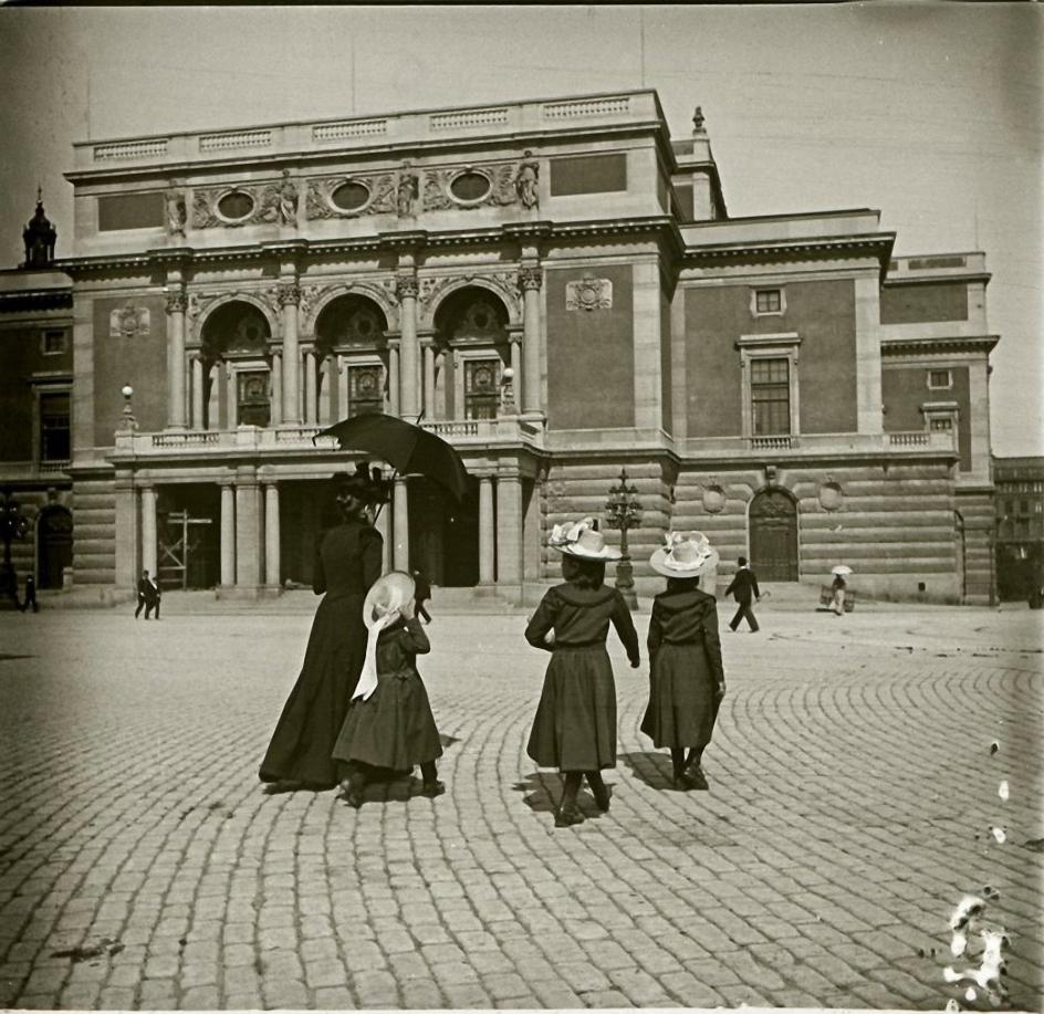 1901. Швеция. Стокгольм. Дама с девочками на площади Густава Адольфа