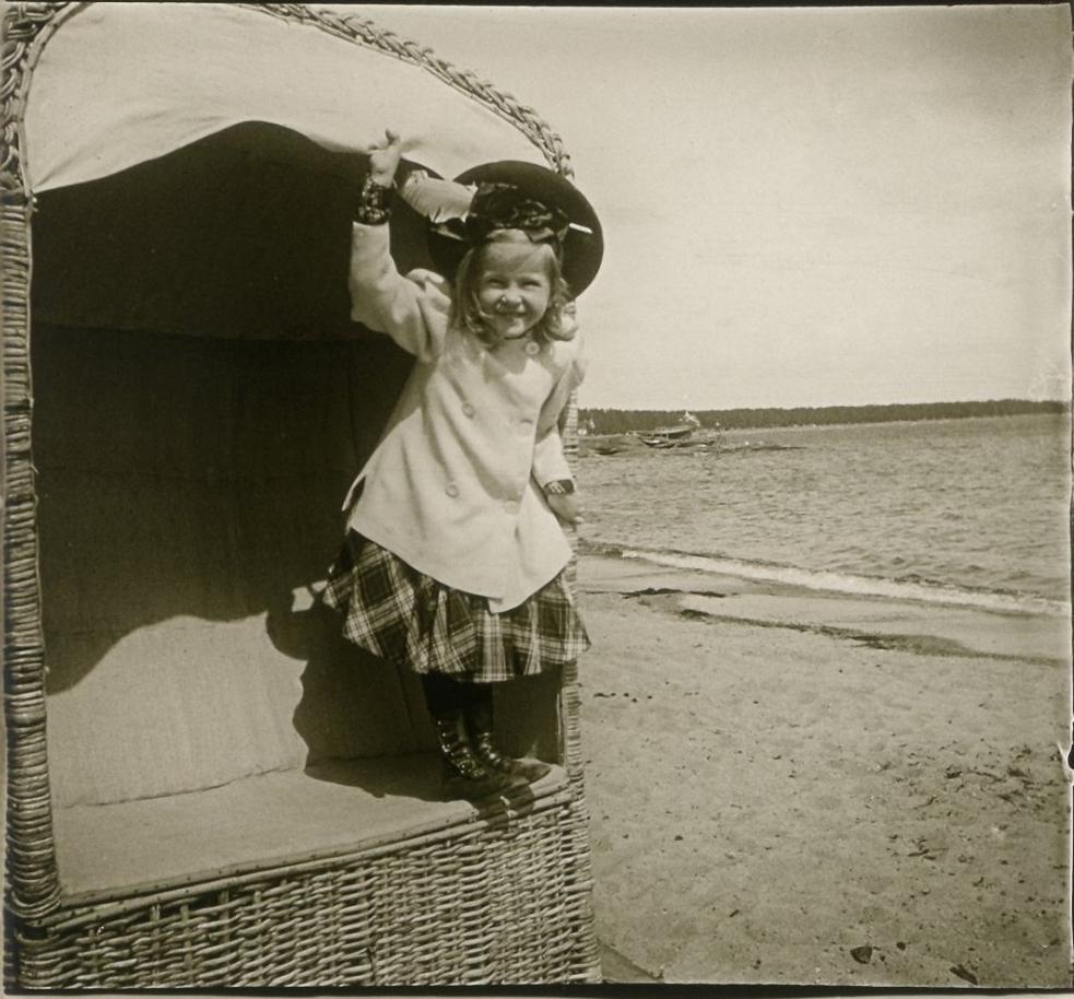 1906. Финляндия. Ханко. Соня, крестница А.В.Живаго в пляжной кабинке