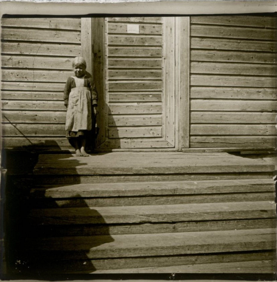 1906. Финляндия. У Куопио. Дочка сторожа у входа в смотровую башню