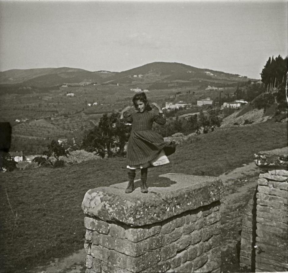 1903. Италия. Фьезоле. Девочка Ида на руинах этрусской стены