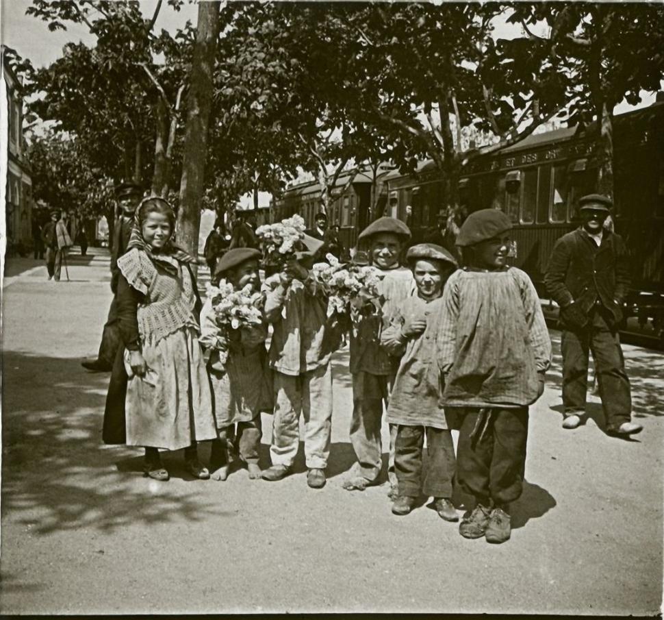 1903. Испания. Дети, продавцы цветов на станции Антекера