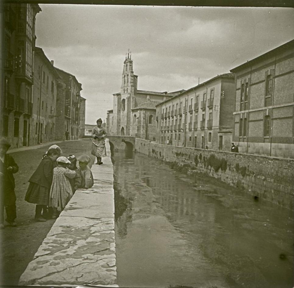 1903. Испания. Бургос. Дети, играющие у канала