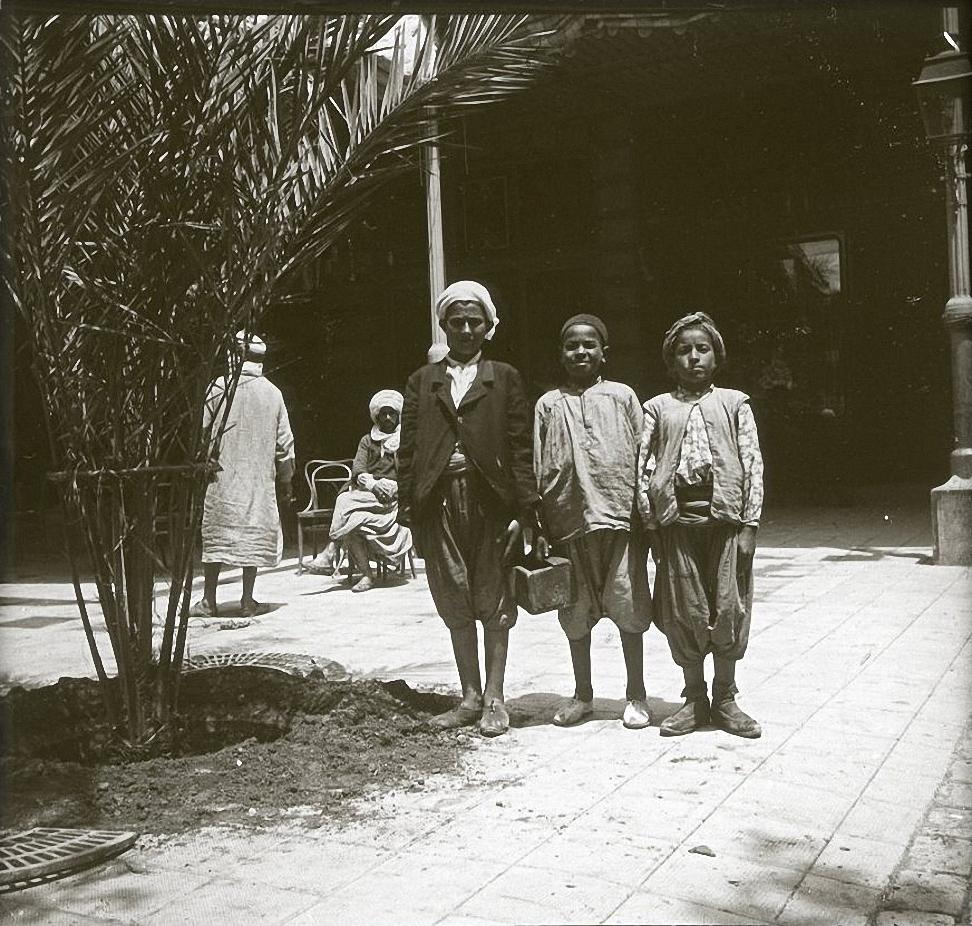 1903. Алжир. Оран. Чистильщики штиблет возле отеля Кониненталь