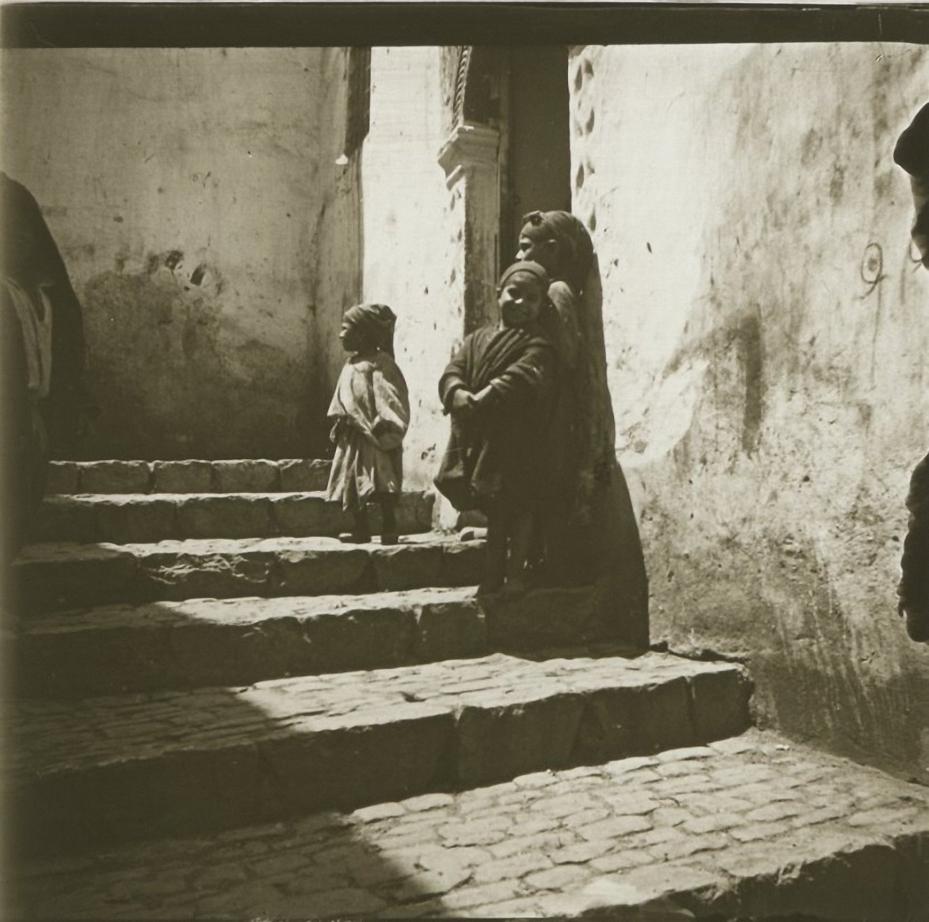 1903. Алжир. Алжир. Дети на солнечной стороне улицы рю Дьябло