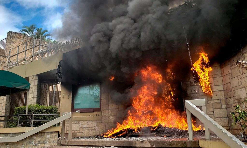5月31日,美國駐宏都拉斯大使館大門遭縱火。(圖片來源: Orlando Sierra/AFP)