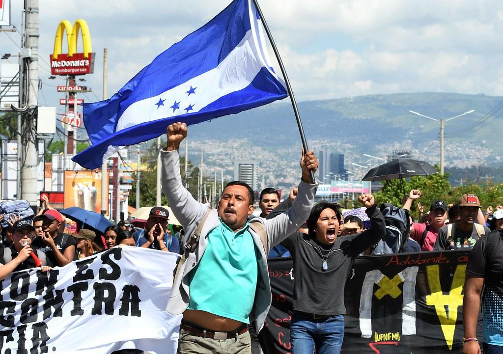 本月初,宏都拉斯民眾於德古西加巴街頭示威,反對政府改革措施。(圖片來源:Orlando Sierra/AFP)