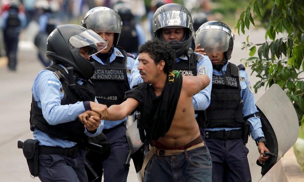 警察扣留一位參與反對政府私有化醫療與教育部門遊行的示威者。(圖片來源:Jorge Cabrera/Reuters)