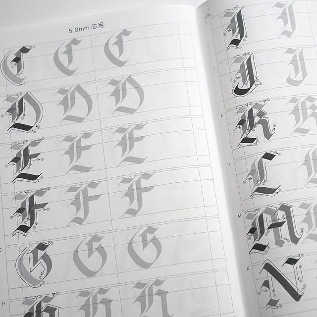呉竹 ZIG マーカーで書く カリグラフィ練習帳 イタリック体 ゴシック体