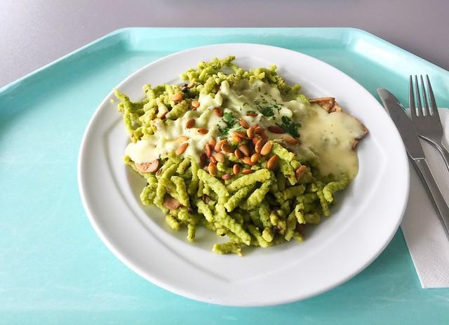 Spinach spaetzle with mushrooms, pumpkin seeds & emmentaler / Spinatspätzle mit gebratene Egerlingen, Kürbiskernen & Emmentaler
