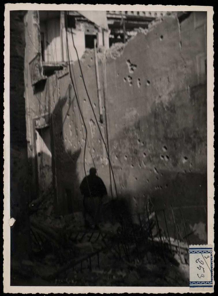 Una calle destruida. Foto de Claudek. Casas, Calles y plazas de Toledo durante la guerra civil. Biblioteca Nacional de España