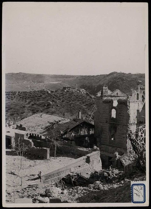Picadero y Capuchinos, al fondo los Alijares.  Casas, Calles y plazas de Toledo durante la guerra civil. Biblioteca Nacional de España