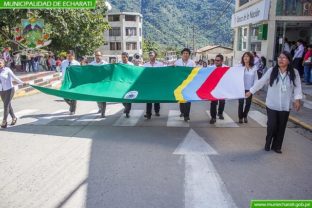 Paseo de la bandera y el izamiento del pabellón nacional por el inicio del mes jubilar de Echarati