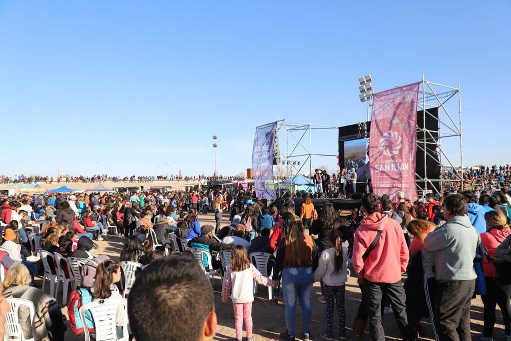 En Chimbas, unas 30 mil personas disfrutaron del histórico eclipse de sol (11)