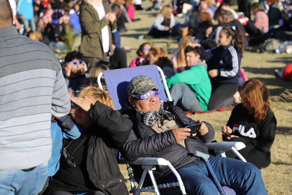 En Chimbas, unas 30 mil personas disfrutaron del histórico eclipse de sol (2)