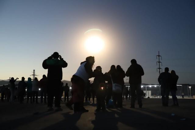 En Chimbas, unas 30 mil personas disfrutaron del histórico eclipse de sol (9)
